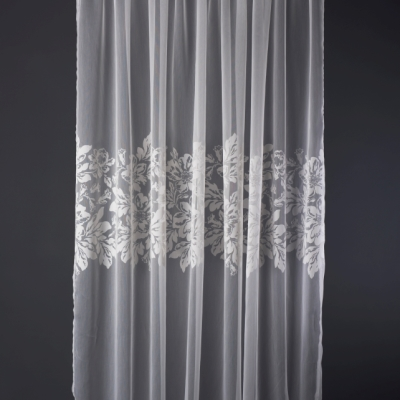 Тънки завеси с флорални мотиви